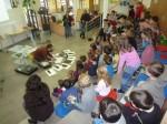 Les enfants sont attentifs à la création des hommes poissons